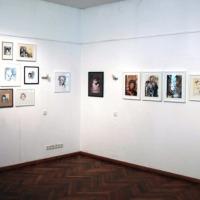 Hängung von 52 Portraits