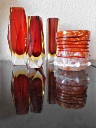 Mundgeblasene, changierend rote Glasvasen - Foto: R. Geisler