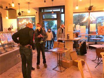 """Herzlich Willkommen zur Präsentation des künstlerischen Wandkalenders """"Literaten 2022"""" in der """"Buchhandlung am Schäfersee"""" in Berlin! Foto © Susanne Haun"""