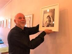"""Der Verleger Utz Benkel hängt mein Portrait des """"Bob Dylan"""" in die Reihe der Originale / Foto © Susanne Haun"""